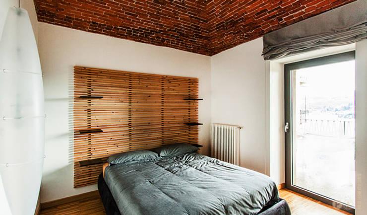 lake house: Camera da letto in stile in stile Moderno di Principioattivo Architecture Group Srl