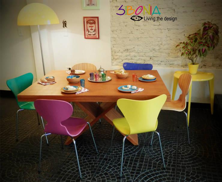 Mesa X, sillas Jacobsen y mesa de apoyo Fusée: Comedores de estilo moderno por Sibonia