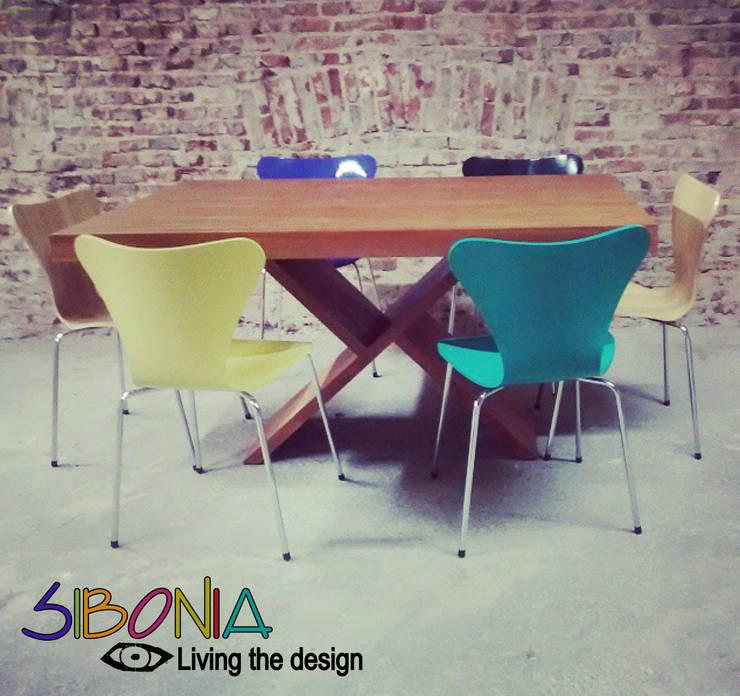 Mesa X y sillas Jacobsen: Comedores de estilo moderno por Sibonia
