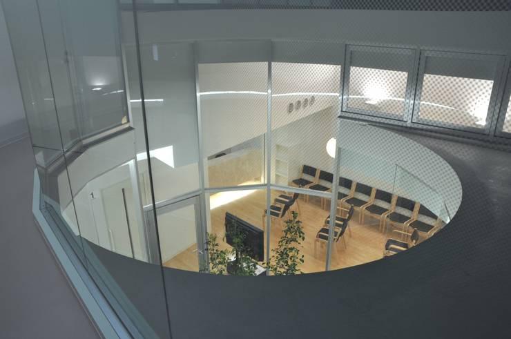 2階から待合室を見る: 有限会社Y設計室が手掛けた医療機関です。
