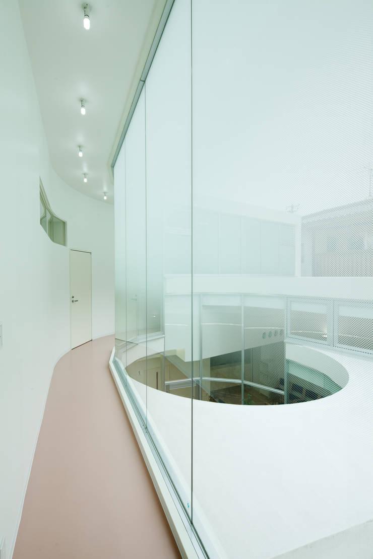 2階廊下: 有限会社Y設計室が手掛けた医療機関です。