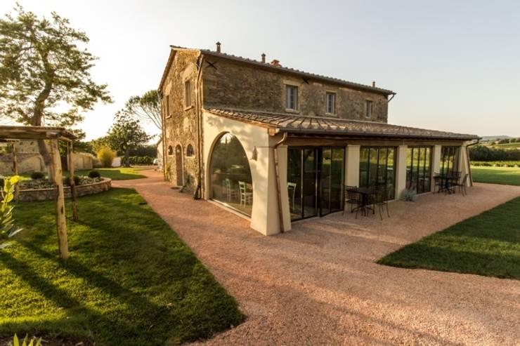 esterno lato est: Giardino in stile  di Studio Luppichini