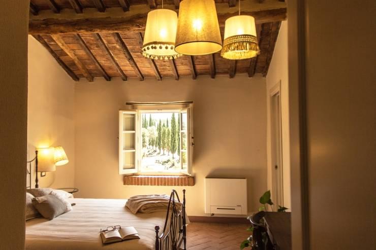 camera Sangiovese: Camera da letto in stile  di Studio Luppichini