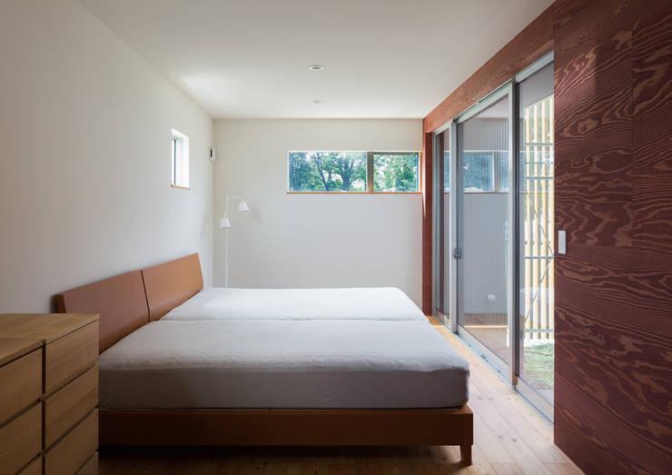 平塚の家: 萩原健治建築研究所が手掛けた寝室です。