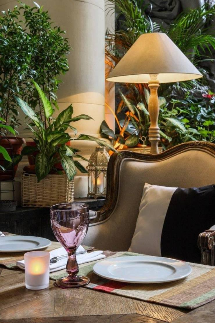 VASANTA CAFE: Гостиная в . Автор – ROOMERS