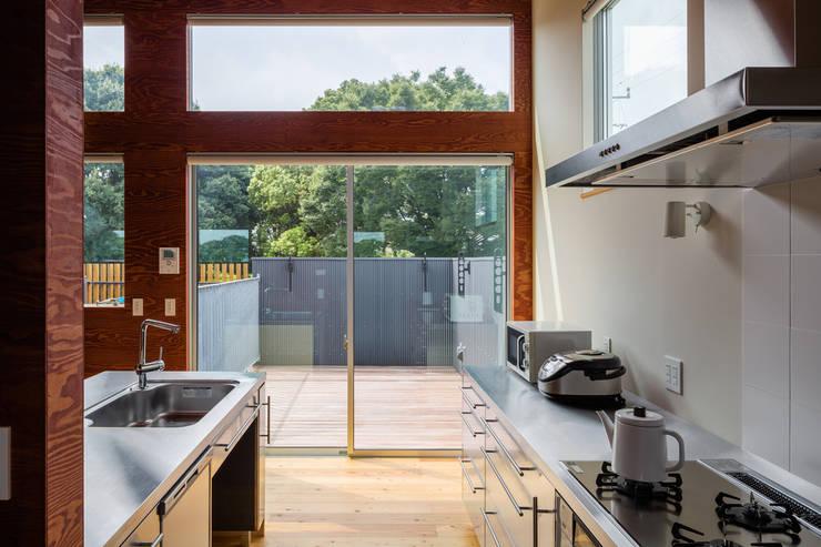 平塚の家: 萩原健治建築研究所が手掛けたキッチンです。