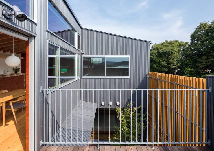 平塚の家: 萩原健治建築研究所が手掛けたテラス・ベランダです。