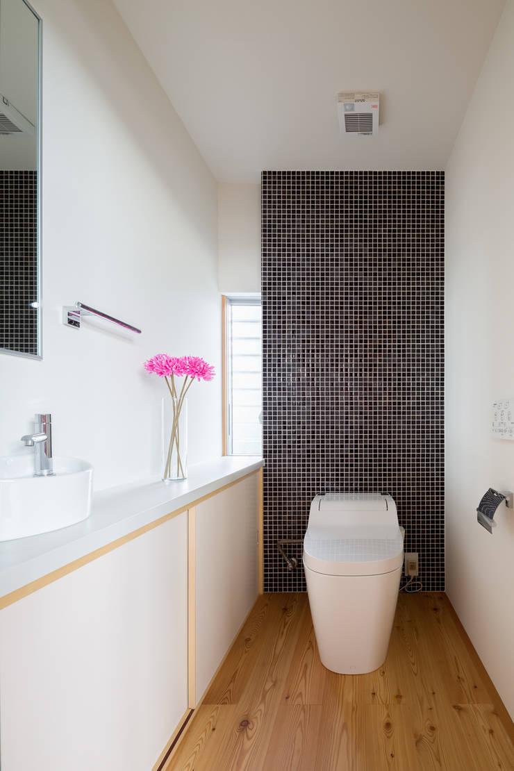 平塚の家: 萩原健治建築研究所が手掛けた浴室です。