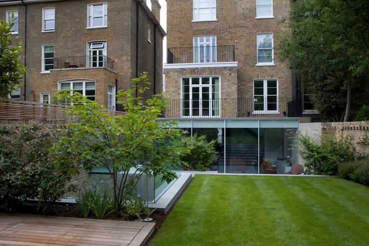 A City Garden: modern Garden by Bowles & Wyer