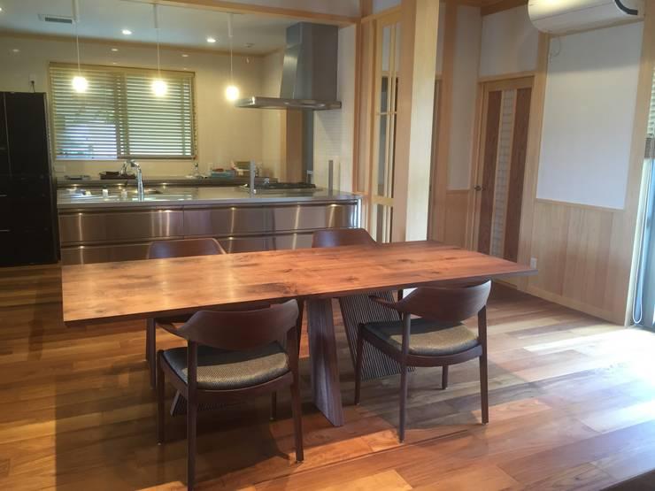 ダイニングテーブルに合わせて設計したダイニングルーム: 家具の福岳が手掛けたダイニングルームです。