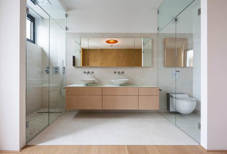 Baños de estilo  por DER RAUM
