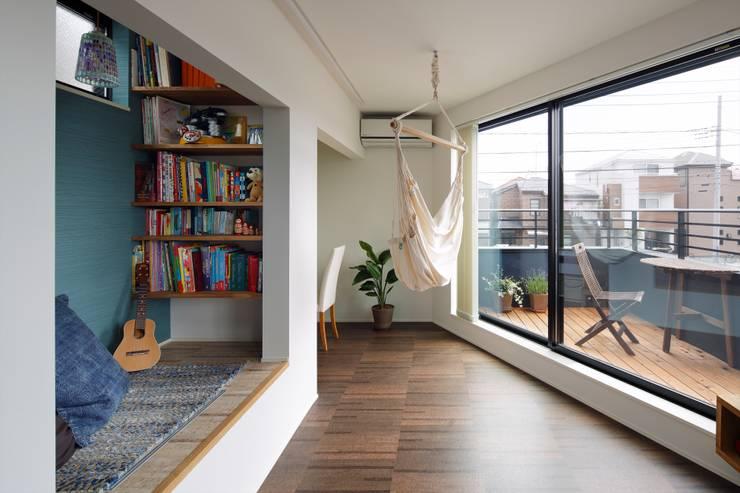 Salas de estilo  por 向山建築設計事務所