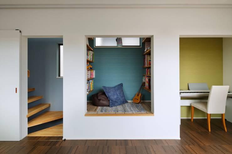 Salas multimedia de estilo  por 向山建築設計事務所