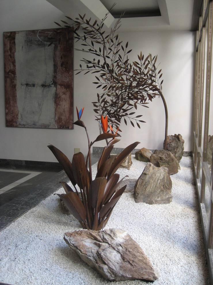 Jardins de Metal: Jardins  por Junia Lobo Paisagismo