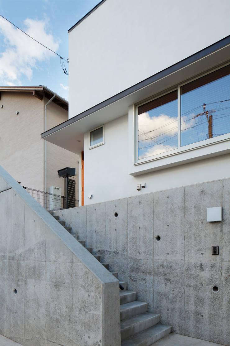 寺尾台の家: 向山建築設計事務所が手掛けた廊下 & 玄関です。,
