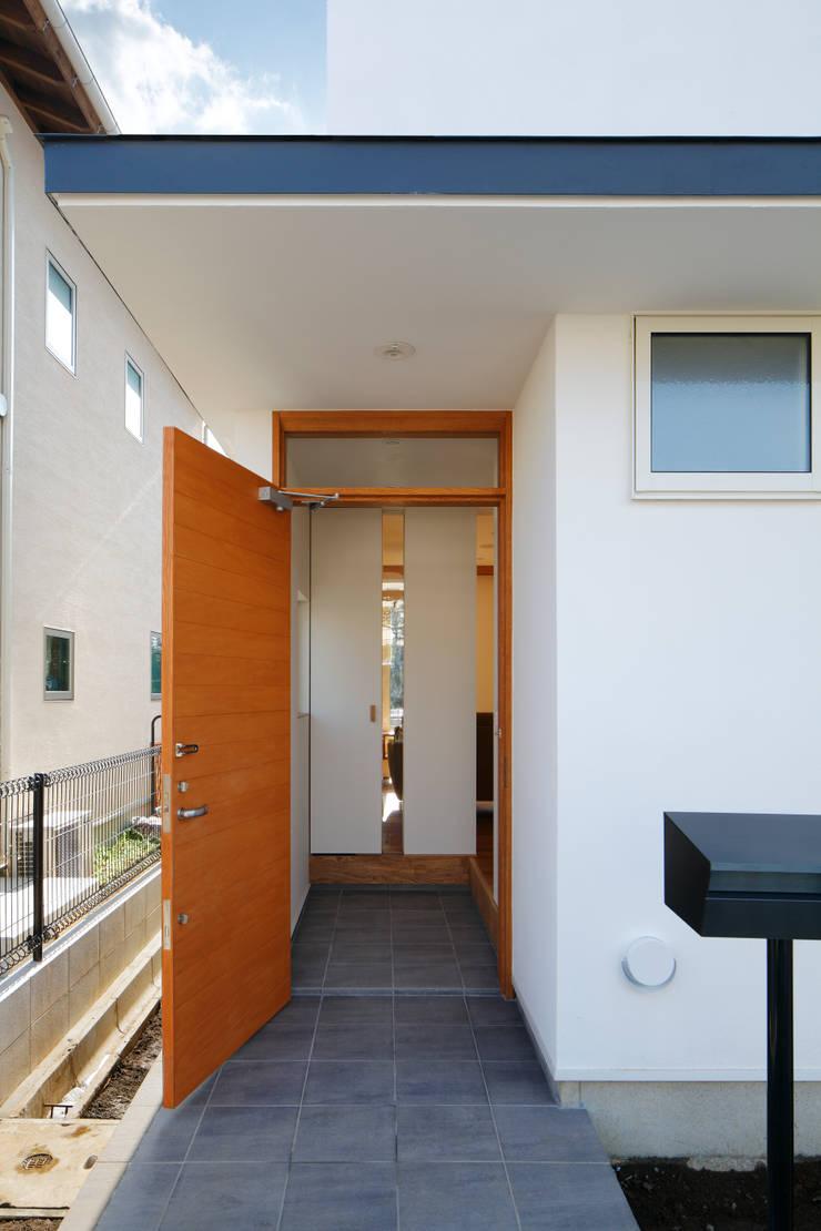 寺尾台の家: 向山建築設計事務所が手掛けた壁です。,