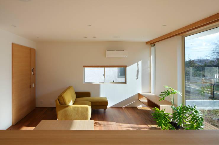 寺尾台の家: 向山建築設計事務所が手掛けたリビングです。,