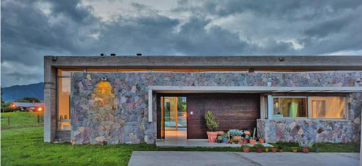 Entrada Casa el Tipal: Paredes de estilo  por Proyecto Norte