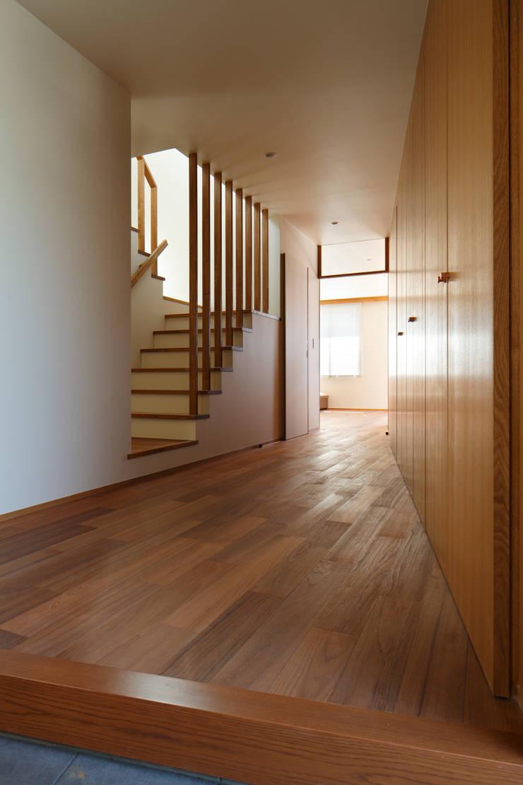 東金町の家: 向山建築設計事務所が手掛けた廊下 & 玄関です。,