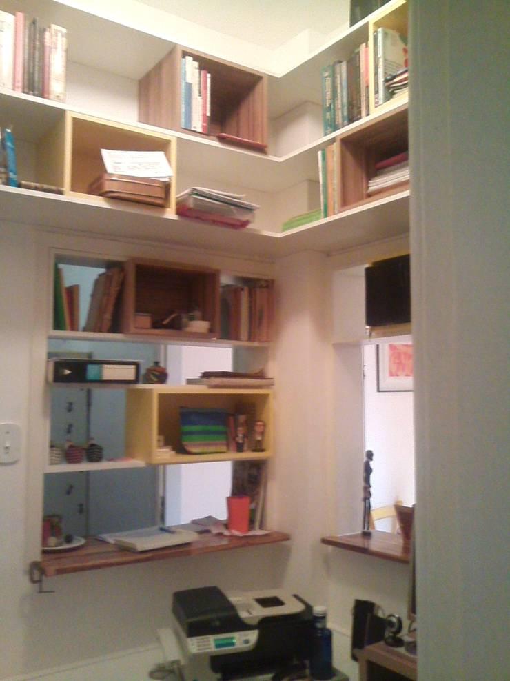 pequeno escritório para pesquisadora: Escritórios  por Margareth Salles