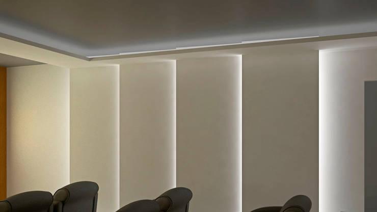 CASA SAAVEDRA: Salas multimedia de estilo  por Design Arquitectos