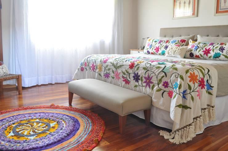 Bordados 100% a mano: Dormitorios de estilo  por Tienda de Costumbres