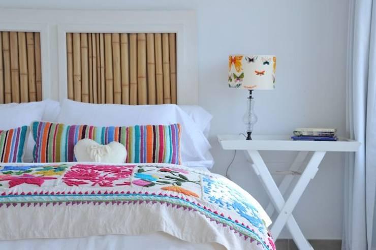 Bordados 100% a mano: Dormitorios de estilo moderno por Tienda de Costumbres