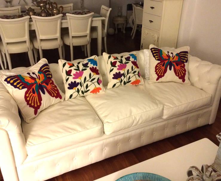 Bordados 100% a mano: Livings de estilo moderno por Tienda de Costumbres