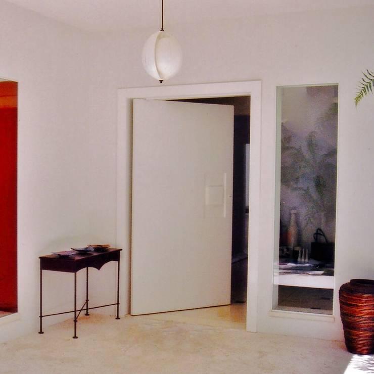 Hall de entrada externo: Terraços  por Kika Prata Arquitetura e Interiores.,