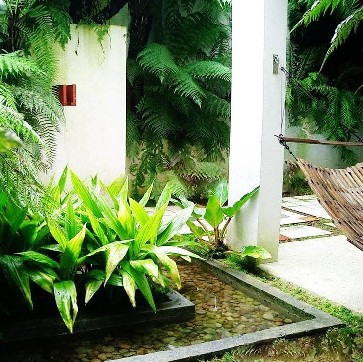 Jardim com espelho dágua : Terraços  por Kika Prata Arquitetura e Interiores.,