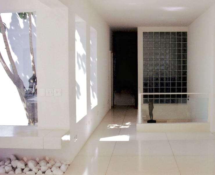 Ambiente de distribuiçào social/intimo: Corredores e halls de entrada  por Kika Prata Arquitetura e Interiores.,