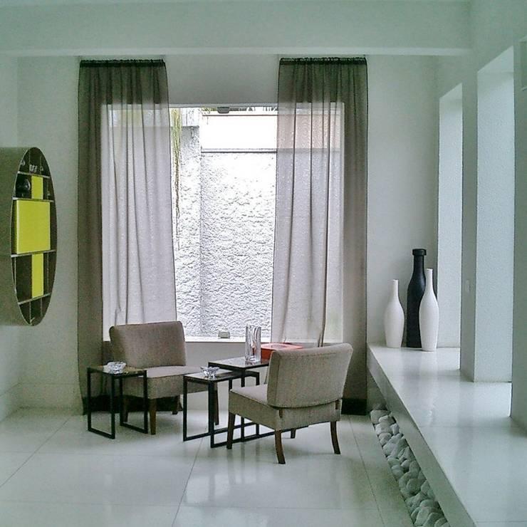 Canto com bar na parede: Salas de estar  por Kika Prata Arquitetura e Interiores.,