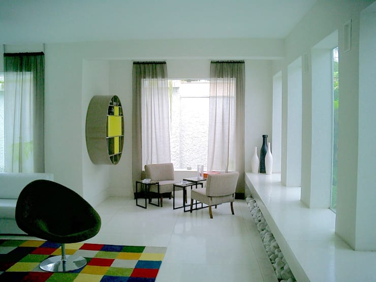 Casa minimalista na metrópole: Salas de estar  por Kika Prata Arquitetura e Interiores.