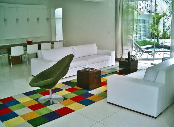 Casa minimalista na metrópole: Salas de estar  por Kika Prata Arquitetura e Interiores.,