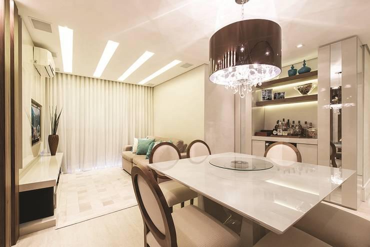 Apartamento Curitiba: Salas de jantar modernas por Rolim de Moura Arquitetura e Interiores