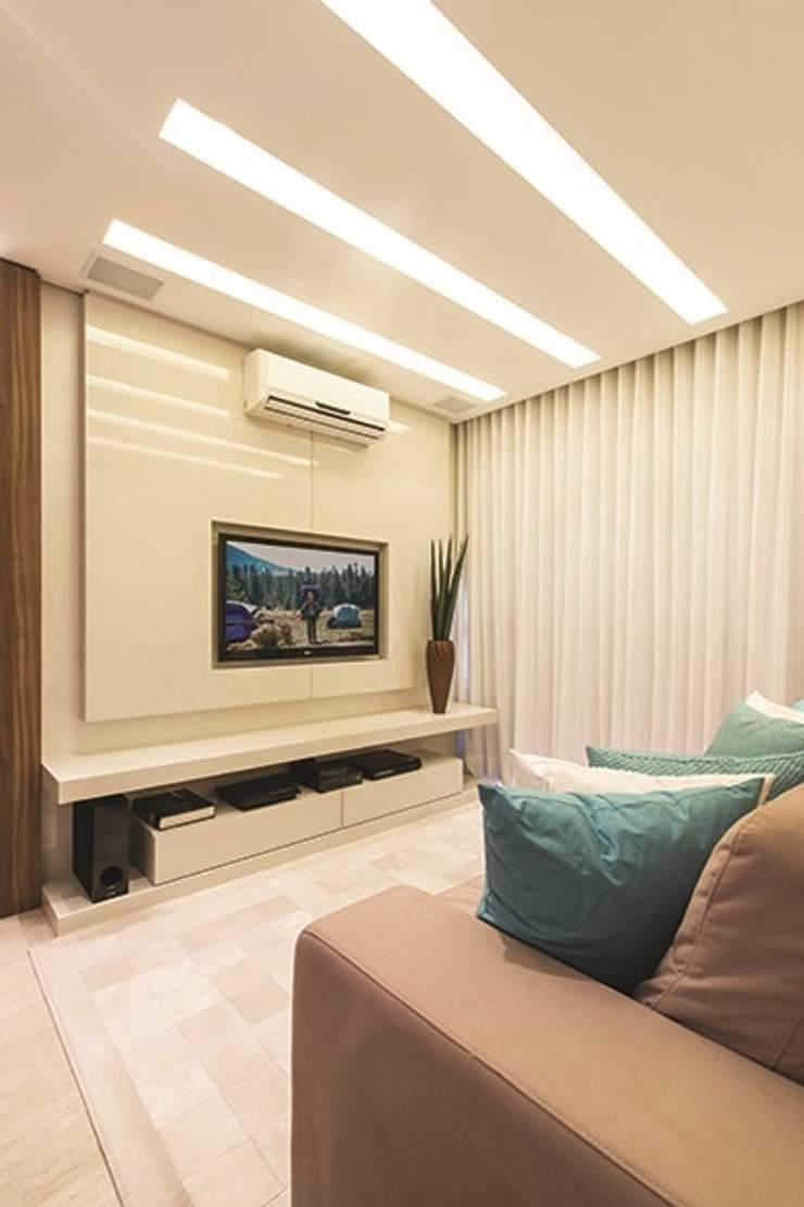 Apartamento Curitiba: Salas de estar modernas por Rolim de Moura Arquitetura e Interiores