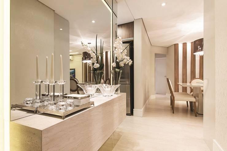 Apartamento Curitiba: Corredores e halls de entrada  por Rolim de Moura Arquitetura e Interiores