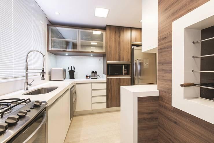 Apartamento Curitiba: Cozinhas modernas por Rolim de Moura Arquitetura e Interiores