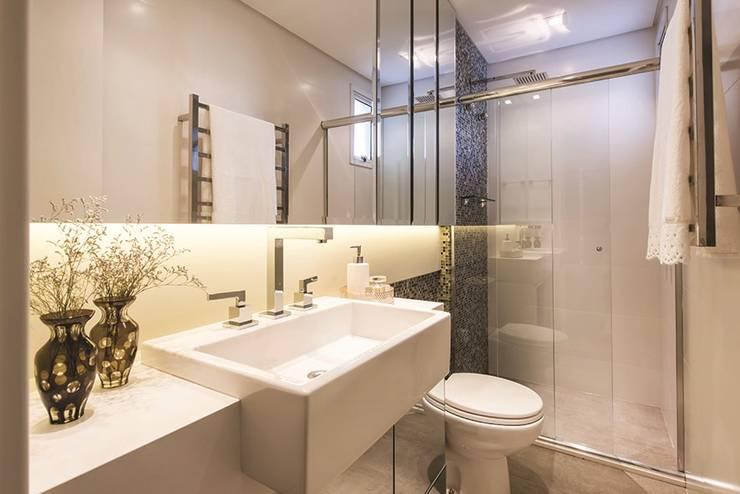 Apartamento Curitiba: Banheiros modernos por Rolim de Moura Arquitetura e Interiores