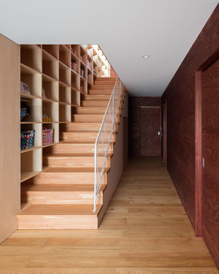 平塚の家: 萩原健治建築研究所が手掛けた廊下 & 玄関です。