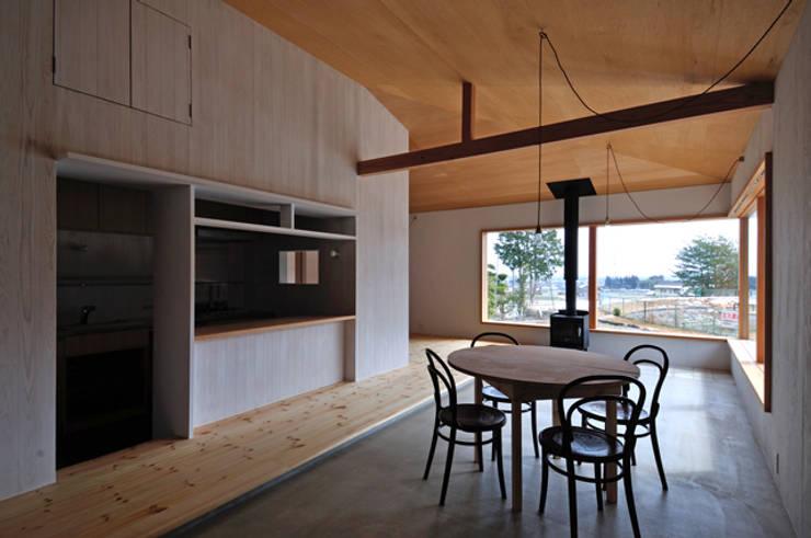 池田町の平屋 モダンデザインの ダイニング の スペースワイドスタジオ モダン