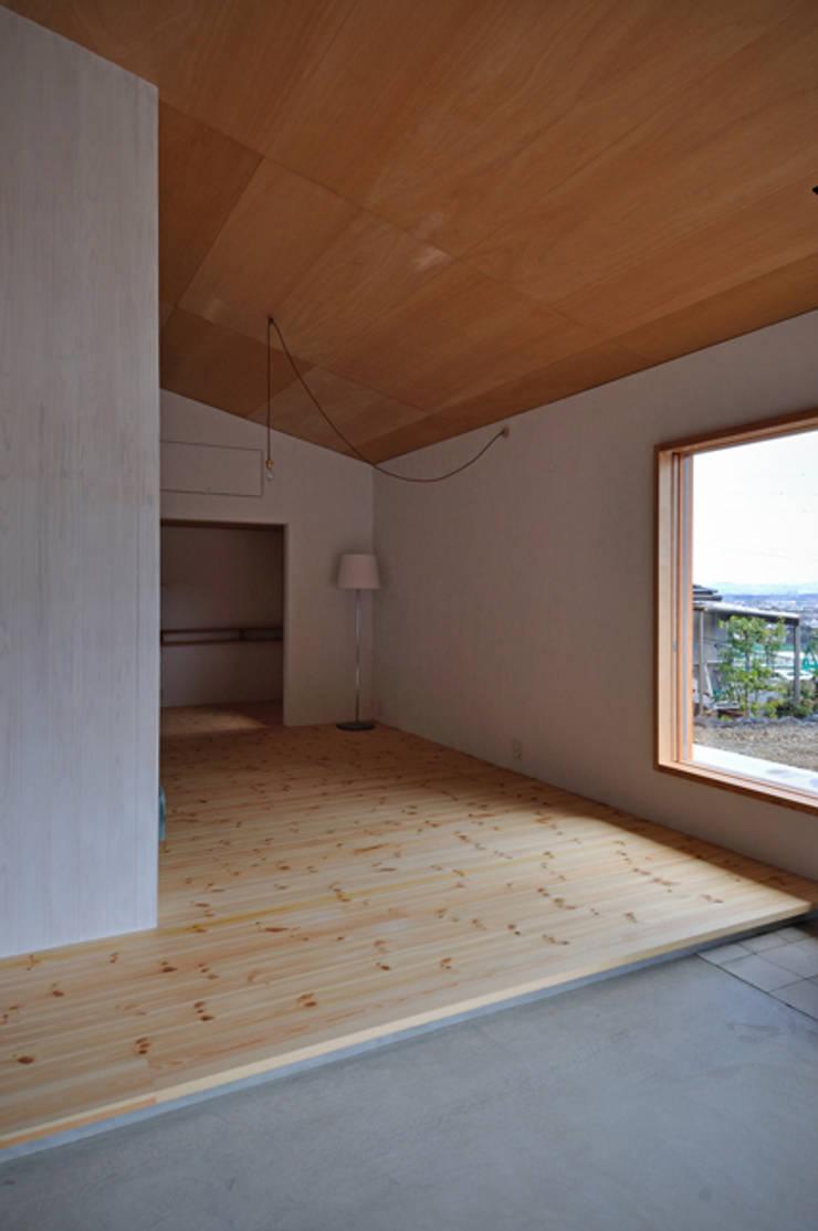 池田町の平屋: スペースワイドスタジオが手掛けたリビングです。