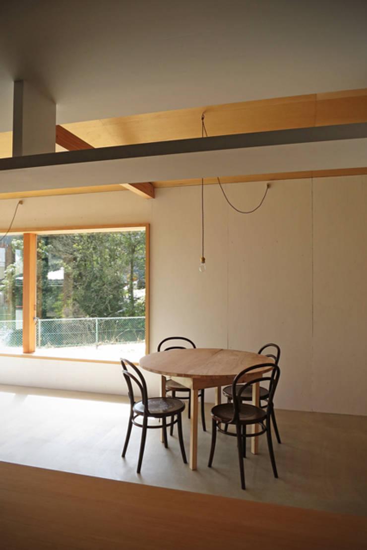 池田町の平屋: スペースワイドスタジオが手掛けたダイニングです。