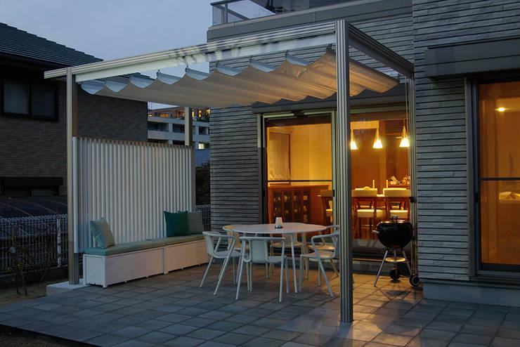 アウトダイニング夕景: 一級建築士事務所エイチ・アーキテクツが手掛けたテラス・ベランダです。