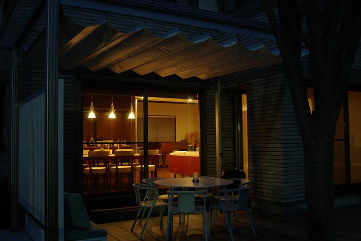 アウトダイニング夜景: 一級建築士事務所エイチ・アーキテクツが手掛けたテラス・ベランダです。