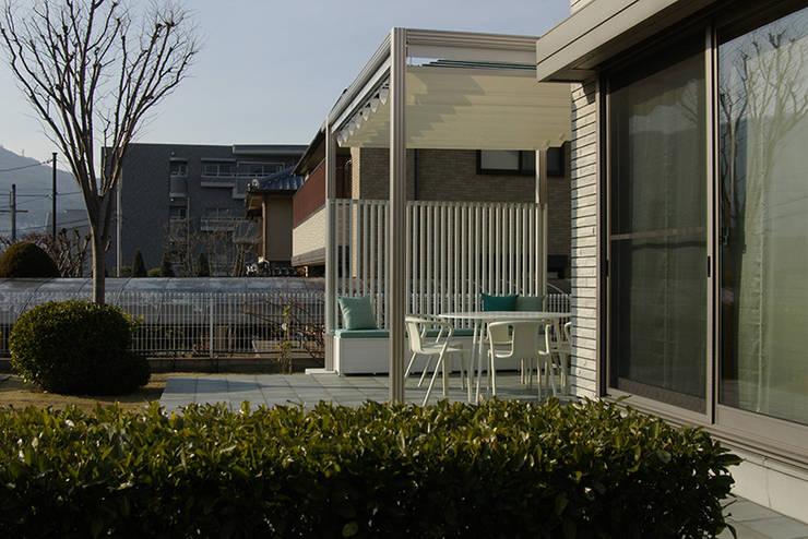 アウトダイニング アプローチ: 一級建築士事務所エイチ・アーキテクツが手掛けたテラス・ベランダです。