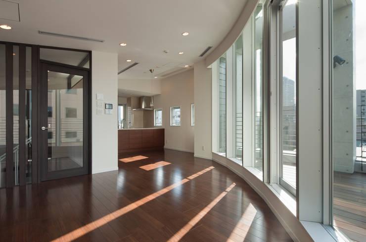 Livings de estilo  por K2・PLAN 株式会社本多建築設計事務所, Moderno Vidrio