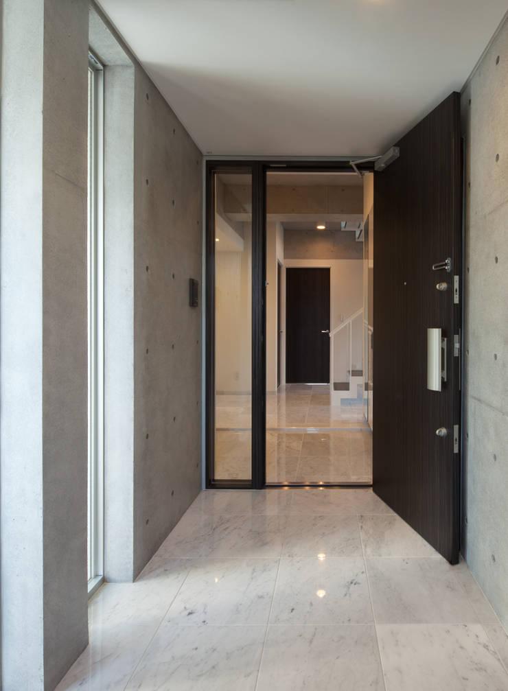住宅部分玄関: K2・PLAN 株式会社本多建築設計事務所が手掛けた窓です。