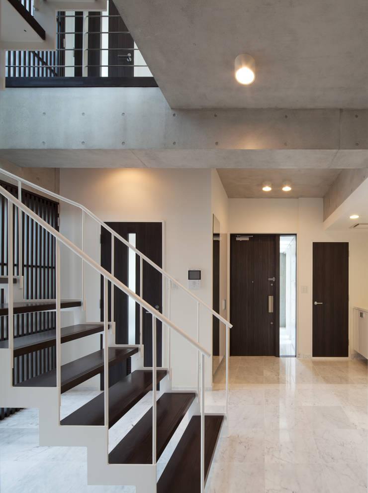 Pasillos y hall de entrada de estilo  por K2・PLAN 株式会社本多建築設計事務所, Moderno Madera Acabado en madera