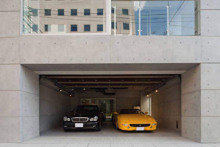 1階車庫: K2・PLAN 株式会社本多建築設計事務所が手掛けた二車用ガレージ車庫です。
